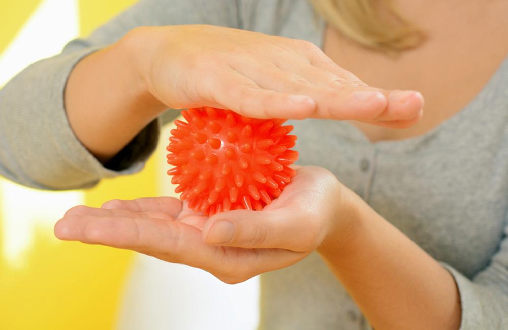 Hände mit Massageball