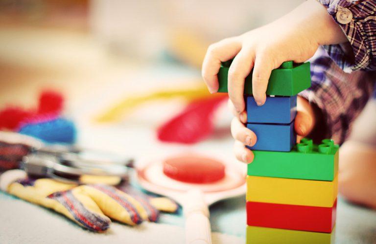Kinderhände mit Legobausteinen
