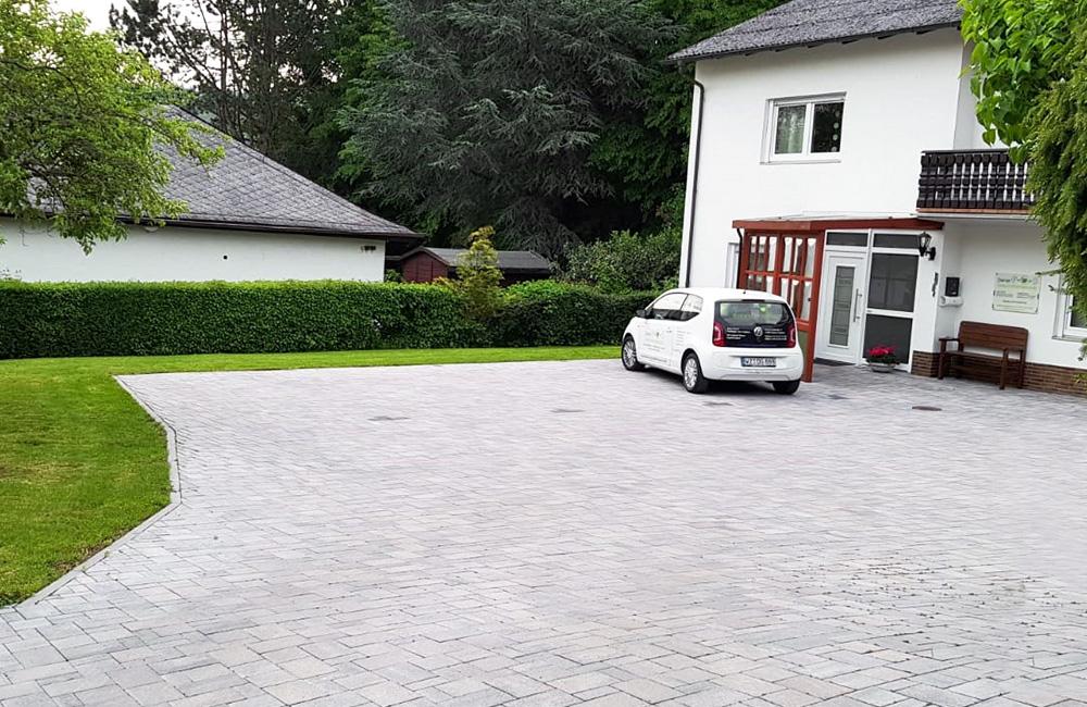 Parkplatz und Einfahrt Diener Gesundheitspraxis
